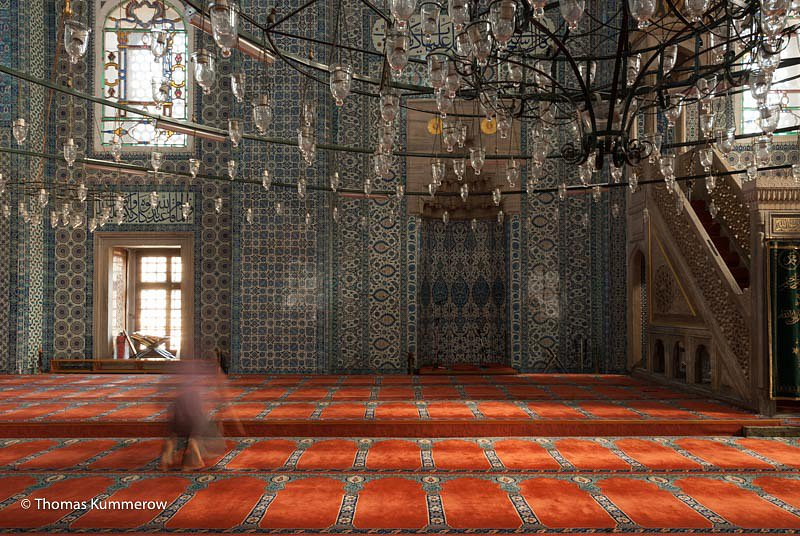 Betender junger Mann in der Moschee. | Jung man praying inside a mosque.