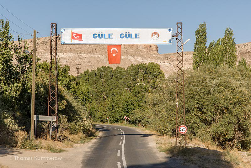 "Güle güle ""Geh' mit einem Lächeln"", ein Schild zum Abschied am Ortsausgang eines Dorfes im Südosten der Türkei. 