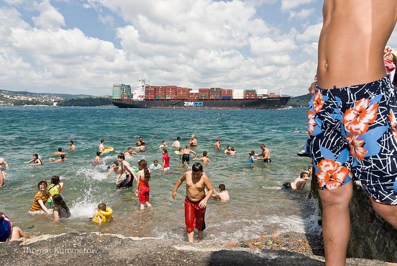 Kinder baden mitten in istanbul im Bosporus. | Children taking a bath in the middle of Istanbul.